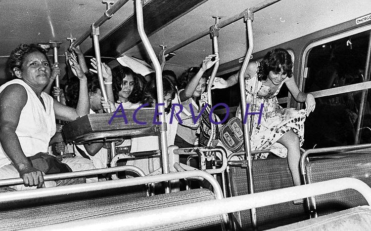 Clarice Nascimento de Melo (2º da direita para esquerda) <br /> Estudantes se mobilizam na luta pela meia passagem pulando a roleta dos ônibus durante vários protestos pela cidade e são reprimidos pela polícia militar.<br /> Belém, Pará, Brasil.<br /> Foto Paulo Santos <br /> 1984