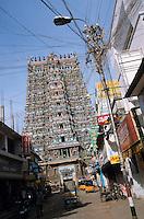 INDIA Madurai, Meenakshi Hindu Temple and electric grid / INDIEN Madurei, Meenakshi Hindutempel and Strommast mit vielen Leitungen und Werbung