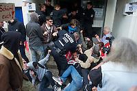 Am Montag den 15. Juli 2013 wurde in Berlin Spandau ein Mieter der privaten Wohnungsbaugesellschaft Ypsilon Hausverwaltung zwangsgeraeumt nachdem er einen kritischen Artikel ueber die Praktikne der Hausverwaltung veroeffentlicht hatte.<br />Die Zwangsraeumung wurde von einer Einsatzhundertschaft der Polizei mit Gewalt durchgesetzt, da etwa 60 Personen vor dem Hauseingang und vor der Wohnung sassen um der Gerichtsvollzieherin den Zugang zur Wohnung zu versperren.<br />Der Mieter Tom Besuch hatte bis zuletzt versucht mit der Hausverwaltung eine Loesung ueber den Verbleib zu erziehlen, was die Hausverwaltung jedoch ablehnte.<br />Die Gefahr, dass der Mieter obdachlose werde sei nicht gegeben, so ein Polizeibaemter, da es im Stadtteil ja ein Maennerwohnheim gaebe.<br />15.7.2013, Berlin<br />Copyright: Christian-Ditsch.de<br />[Inhaltsveraendernde Manipulation des Fotos nur nach ausdruecklicher Genehmigung des Fotografen. Vereinbarungen ueber Abtretung von Persoenlichkeitsrechten/Model Release der abgebildeten Person/Personen liegen nicht vor. NO MODEL RELEASE! Don't publish without copyright Christian-Ditsch.de, Veroeffentlichung nur mit Fotografennennung, sowie gegen Honorar, MwSt. und Beleg. Konto:, I N G - D i B a, IBAN DE58500105175400192269, BIC INGDDEFFXXX, Kontakt: post@christian-ditsch.de<br />Urhebervermerk wird gemaess Paragraph 13 UHG verlangt.]