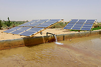 EGYPT, oasis El-Wahat el-Bahariya, desert farming with solar powered pump, fwater pond for irrigation / AEGYPTEN, Oase Bahariyya, Solar betriebene Pumpe zur Bewaessung eines Feldes eines Kleinbauern, Wasserbecken