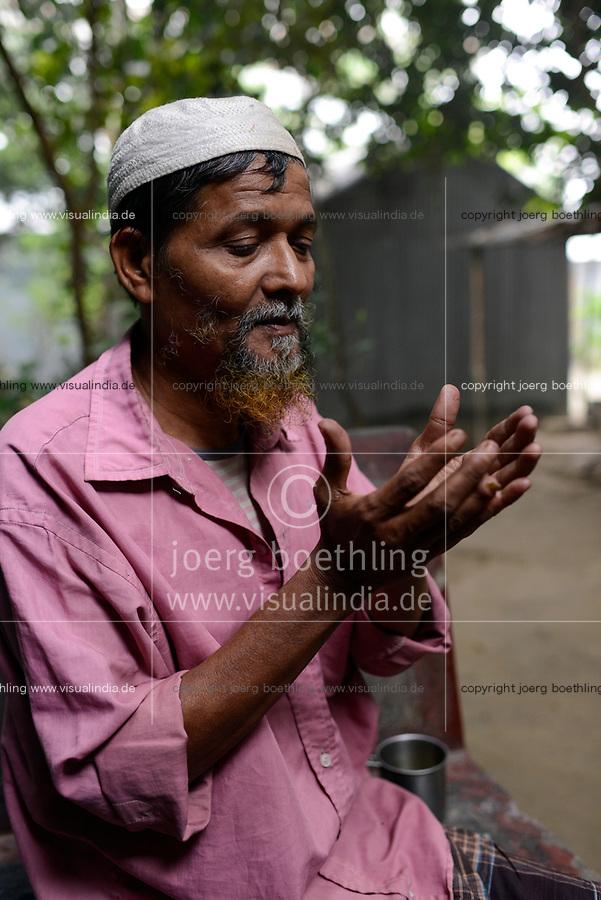 BANGLADESCH, District Tangail, Kalihati, village Betdoba, muslim prayer / BANGLADESCH, Distrikt Tangail, Kalihati, Dorf Betdoba, Muslim beim Gebet