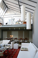 The Sicilian artist, Paul Pennisi, lives in an artistic house in the Lombard capital of Milan. It'a sunny loft 300 sq.m. which has been modernized and converted into a beautiful house .