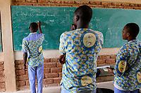 BURKINA FASO , Gaoua, catholic school, chemistry teaching / katholische Schule, Chemieunterricht