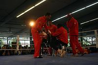 Weltmeister Wladimir Klitschko (UKR) wird von Trainer Emanuel Steward getaped