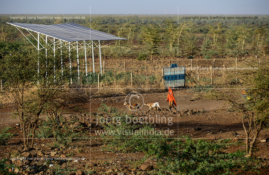 KENYA Marsabit, solar panel for water pump infront of thorn shrub savannah / KENIA, Marsabit, Solaranlage fuer Wasserpumpe in einem Dorf, Hintegrund Dornenbusch Savanne