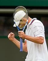 21-06-10, Tennis, England, Wimbledon, Andy Roddick balt zijn vuist, hij gaat naar de tweede ronde