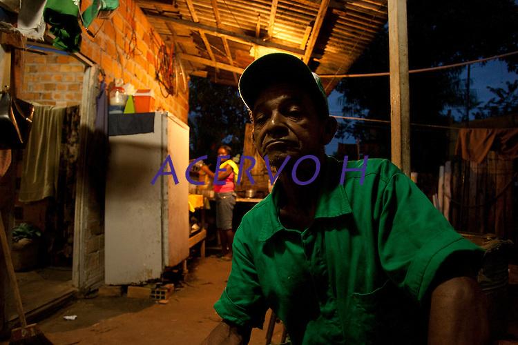 Lixões da floresta.<br /> A família de Benedito Soares Freitas, 62 anos, e sua esposa, Maria Benedita Pires, 60 anos,  acorda cedo para trabalhar, o casal com 7 filhos, se orgulha de dizer que todos sempre viveram do lixo com dignidade.<br /> Cada membro da família ganha cerca de R$20,00 por semana com o trabalho de catação de lixo, quando arrumam dinheiro para alugar um caminhão o valor pode chegar a R$40,00 tb por semana separando lixo para reciclagem.<br /> Entre os lixões o de Benevides.<br /> Foto Paulo Santos<br /> Benevides , Pará, Brasil<br /> 31/03/2011