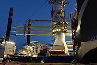 GERMANY Bremerhaven, shipping of SENVION rotor blades for RWE Innogy offshore wind park in the North Sea with special ship / DEUTSCHLAND Bremerhaven, Verladung von SENVION Rotorblaetter fuer Windkraftanlagen fuer einen RWE off-shore Windpark auf das OLC Spezialschiff Friedrich Ernestine, RWE Innogy baut rund 35 Kilometer noerdlich der Insel Helgoland das Offshore-Windkraftwerk Nordsee Ost. In Wassertiefen von bis zu 25 Metern sollen insgesamt 48 Windturbinen der Multimegawattklasse errichtet werden. Nach seiner Inbetriebnahme soll das Kraftwerk ueber eine Gesamtleistung von 295 Megawatt verfuegen.