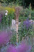 Wildbienen-Nisthilfe aus markhaltigen Stängel, Stängel, Pflanzenstängel, Stengel wie zum Beispiel Himbeere, Holunder, Beifuß. Die etwa 50 cm langen, markhaltigen Stängel werden senkrecht an einen Pfahl, Holzpflock gebunden und aufgestellt. Wildbienen-Nisthilfen, Wildbienen-Nisthilfe selbermachen, selber machen, Wildbienenhotel, Insektenhotel, Wildbienen-Hotel, Insekten-Hotel