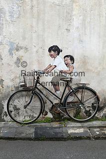 Malaysia, Pulau Penang, Georgetown: Little Children on a Bicycle mural by Lithuanian artist Ernest Zacharevic on Armenian Street | Malaysia, Pulau Penang, Georgetown: Kinder auf einem Fahrrad - Wandmalerei in der Armenian Street vom Litauer Kuenstler Ernest Zacharevic