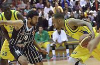 BOGOTÁ -COLOMBIA. 11-05-2013. Restrepo Trejos (I) de Piratas disputa el balón con Dorsey Darrin Ray (D) de Bambuqueros durante partido de la fecha 14 fase II de la  Liga DirecTV de baloncesto Profesional de Colombia realizado coliseo El Salitre de Bogotá./  Restrepo Trejos (L) of Piratas fights for the ball with Dorsey Darrin (R) Ray of Bambuqueros during match of the 14th date phase II of  DirecTV professional basketball League in Colombia at El Salitre coliseum in Bogota. Photo: VizzorImage / Str