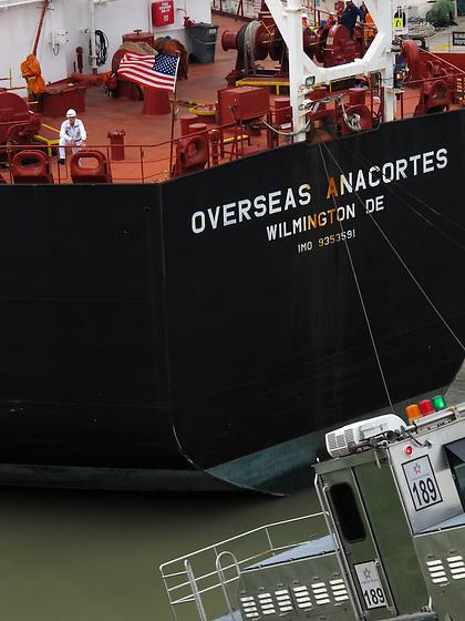 Buque Overseas Anacortes en las esclusas de Miraflores / Canal de Panamá.<br /> <br /> Overseas Anacortes ship at Miraflores Lock / Panama Canal.<br /> <br /> Edición de 10 | Víctor Santamaría.