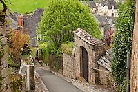 France, Corrèze (19), Turenne, labellisé Les Plus Beaux Villages de France, région du Périgord et du Querçy, ruelle pentue dans le village // France, Correze, Turenne, labelled Les Plus Beaux Villages de France (The Most Beautiful Villages of France), sloping street in the village