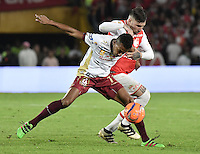 BOGOTÁ -COLOMBIA, 18-12-2016: Jonathan Gomez (R) player of Santa Fe struggles for the ball with Victor Giraldo (L) player of Tolima, during a match for the second leg between Independiente Santa Fe and Deportes Tolima, for the final of the Liga Aguila II -2016 at the Nemesio Camacho El Campin Stadium in Bogota city. Photo: VizzorImage/ Gabriel Aponte / Staff