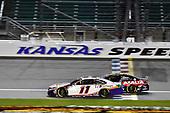#24: William Byron, Hendrick Motorsports, Axalta Chevrolet Camaro and #11: Denny Hamlin, Joe Gibbs Racing, FedEx Office Toyota Camry