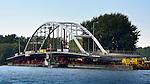 NIGTEVECHT - Langs het Amsterdam-Rijnkanaal in Nigtevecht werkt bouwcombinatie KWS-Mercon naar een ontwerp van Movares aan de nieuwe Weesperbrug. De grotendeels in de fabriek in Gorinchem opgebouwde stalen boogbrug is één van de vijf nieuwe bruggen die in opdracht van Rijkswaterstaat gebouwd worden ter vervanging van verouderde bruggen en ter verhoging van de doorvaarthoogte voor vierlaagse containerschepen. De oude brug zal binnenkort worden verwijderd en deze nieuwe wordt dan op zijn plek ingevaren. COPYRIGHT TON BORSBOOM