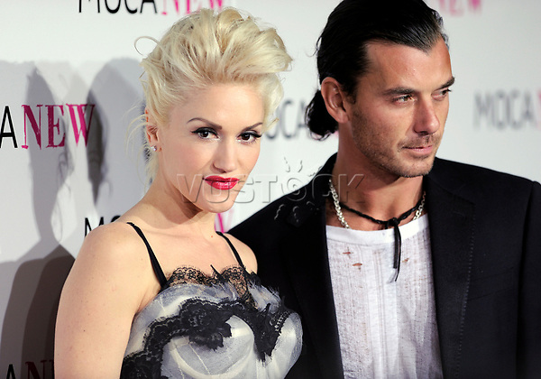 epa01934080 US singer Gwen Stefani (L) and husband UK singer Gavin Rossdale (R) arrive for The Museum of Contemporary Art (MOCA) 30th Anniversary Gala in Los Angeles, California, USA 14 November 2009. The gala and auction of new artworks will benefit the museum's exhibition and education programs.  EPA/PAUL BUCK
