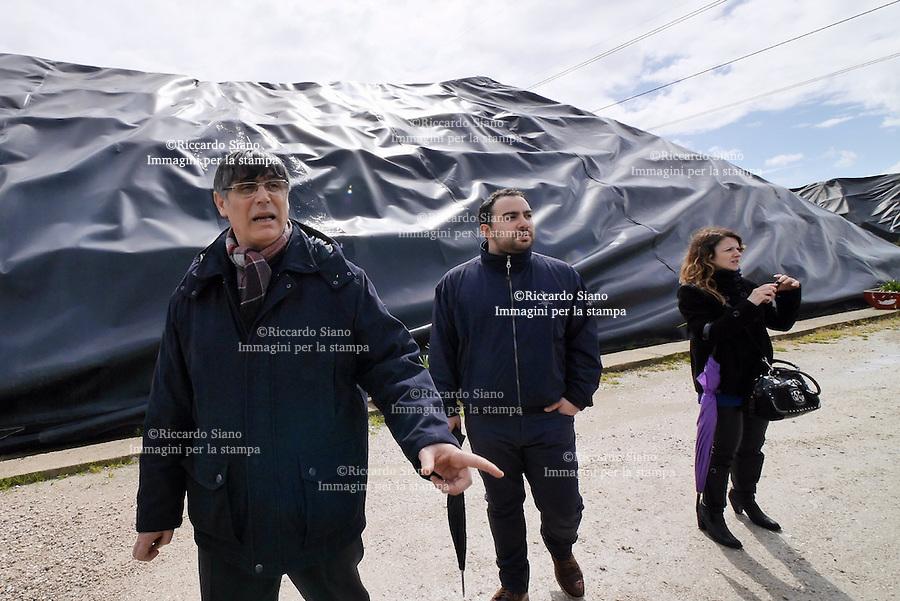 - NAPOLI 27 MAR  -  Giugliano  Il ministro dell'ambiente Galletti tra le ecoballe di Taverna del Re con il parroco di Caivano Maurizio Patriciello