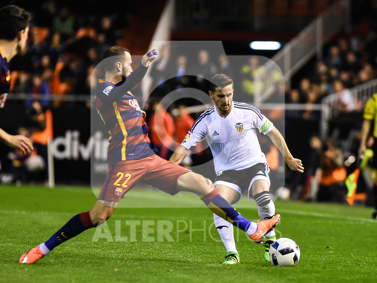 Valencia's  Pablo Piatti  and FC Barcelona's  Aleix Vidal during Spanish King's Cup match. February 10, 2016. (ALTERPHOTOS/Javier Comos)