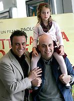 """Il regista Paolo Virzi', a destra, posa con la piccola attrice Giulia Salerno, sulle sue spalle, e l'attore Massimo Ghini, durante un photocall per la presentazione del suo nuovo film """"Tutta la vita davanti"""" a Roma, 25 marzo 2008..Italian director Paolo Virzi', right, poses with the young actress Giulia Salerno, on his shoulders, and actor Massimo Ghini, during a photocall for the presentation of his new movie """"Tutta la vita davanti"""" in Rome, 25 march 2008..UPDATE IMAGES PRESS/Riccardo De Luca"""