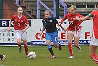UEFA Women's Under 17 Championship - Second Qualifying round - group 1 : England - Switzerland : .Olivia Fergusson aan de bal voor Audrey Wuichet (rechts) en Alessandra Abbuhl..foto DAVID CATRY / Vrouwenteam.be