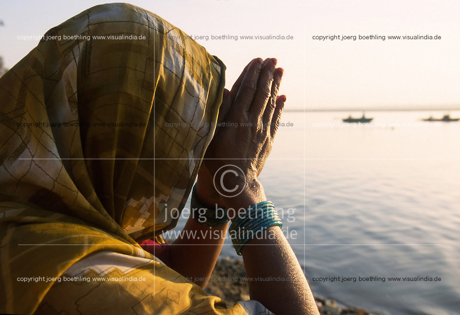 INDIA Banaras Benares Varanasi , hindu pilgrim pray to goddess Ganga after ritual bath at Dasaswamedh ghat at river Ganga / INDIEN Varanasi,  Hindu beim Gebet fuer Goettin Ganga nach ritueller Waschung am Dasaswamedh Ghat im Fluss Ganges in Benares