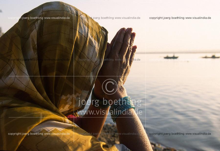 INDIA Banaras Benares Varanasi , hindu pilgrim pray to goddess Ganga after ritual bath at Dasaswamedh ghat at river Ganga / INDIEN Varanasi,  Hindu beim Gebet fuer Goettin Ganga nach ritueller Waschung am Dasaswamedh Ghat im Fluss Ganges in Benares