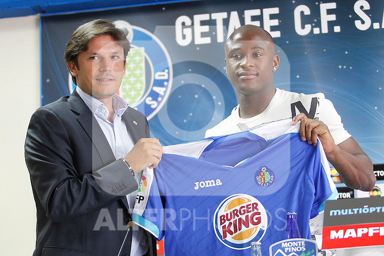 Getafe's new player Tshepo Masilela (r) during his official presentation with the General Manager Toni Munoz. August 19, 2011. (ALTERPHOTOS/Acero)