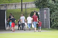 Eintracht Fans betreten die gesperrte Commerzbank Arena über den Trainingsplatz der DFB Olympiamannschaft zum Training der Eintracht - Training Deutsche Olympiamannschaft des DFB, Commerzbank Arena, Frankfurt