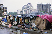 INDIA, Mumbai, Bombay, slum huts infront of apartment building in Andheri / INDIEN, Mumbai, Slumhuetten vor Wohnhaeusern in Andheri