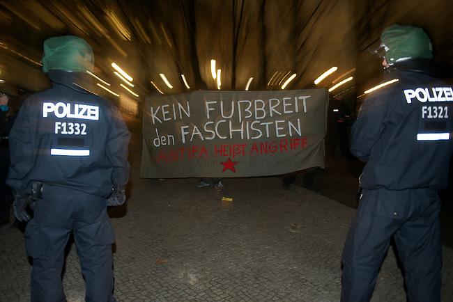 """Ca. NPD-Mitglieder Ca. NPD-Mitglieder protestierten am Samstag den 17. November 2012 vor dem Brandenburger Tor unter dem Motto """"Heimat bewahren - Einwanderung stoppen. Die Polizei hielt mit meheren Hundertschaften ca 300 Gegendemonstranten von der Kundgebung der Neonazis fern.<br /> Die NPD hatte den ganzen Tag ueber mit Blitzkundgebungen an verschiedenen Orten in Berlin die Polizei in Atem gehalten.<br /> Im Bild: Antifaschisten mit Transparent """"Kein Fussbreit den Faschisten - Antifa heisst Angriff"""" vor einer Polizeikette.<br /> 17.11.2012, Berlin<br /> Copyright: Christian-Ditsch.de<br /> [Inhaltsveraendernde Manipulation des Fotos nur nach ausdruecklicher Genehmigung des Fotografen. Vereinbarungen ueber Abtretung von Persoenlichkeitsrechten/Model Release der abgebildeten Person/Personen liegen nicht vor. NO MODEL RELEASE! Nur fuer Redaktionelle Zwecke. Don't publish without copyright Christian-Ditsch.de, Veroeffentlichung nur mit Fotografennennung, sowie gegen Honorar, MwSt. und Beleg. Konto: I N G - D i B a, IBAN DE58500105175400192269, BIC INGDDEFFXXX, Kontakt: post@christian-ditsch.de<br /> Bei der Bearbeitung der Dateiinformationen darf die Urheberkennzeichnung in den EXIF- und  IPTC-Daten nicht entfernt werden, diese sind in digitalen Medien nach §95c UrhG rechtlich geschuetzt. Der Urhebervermerk wird gemaess §13 UrhG verlangt.]"""