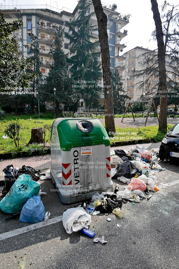 - NAPOLI 17 MAR  2014 -  Colli Aminei rifiuti della differenziata non rimossi. nella foto Viale dei Pini