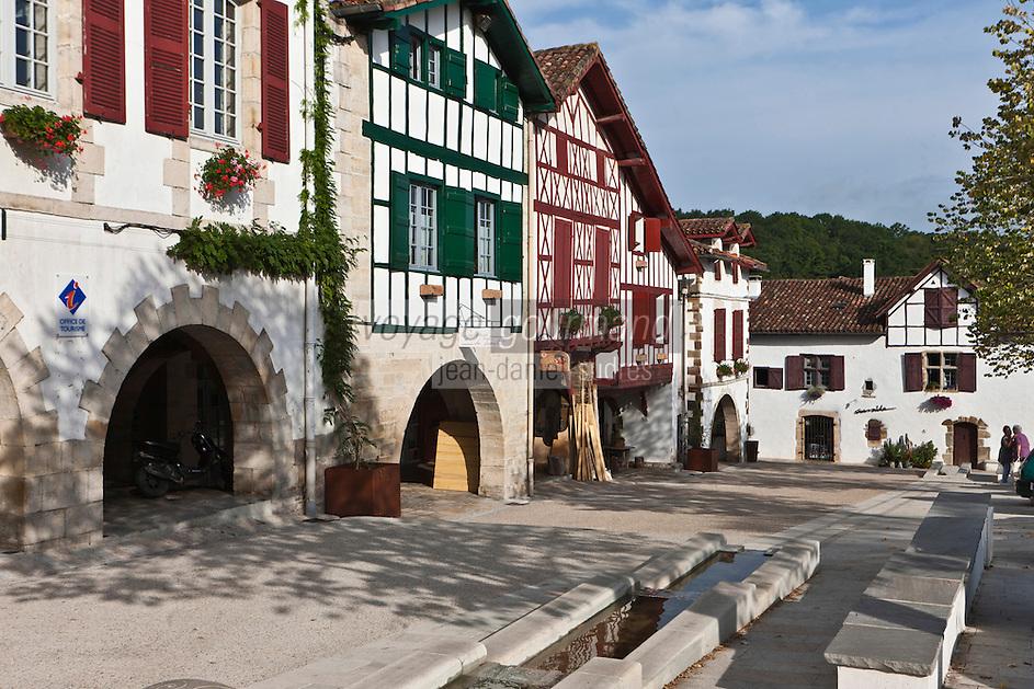 Europe/France/Aquitaine/64/Pyrénées-Atlantiques/Pays-Basque/La Bastide-Clairence: La Place des Arceaux et ses maisons à colombages de style labourdin