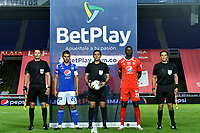 CALI – COLOMBIA, 07-11-2020: Adrián Ramos del América, Mario Herrera, arbitro, Jhon FredyDuque de Millonarios con los árbitros asistentes, Wilmar Navarro y Mario Tarache, previo al partido entre América de Cali y Millonarios FC por la fecha 18 de la Liga BetPlay DIMAYOR I 2020 jugado en el estadio Pascual Guerrero de la ciudad de Cali. / Adrian Ramos of America, Mario Herrera, referee, Jhon FredyDuque of Millonarios with assistant referees, Wilmar Navarro and Mario Tarache, prior a match between America de Cali and Millonarios FC for the date 18 as part of BetPlay DIMAYOR League I 2020 played at the Pascual Guerrero stadium in Cali city. Photos: VizzorImage / Nelson Rios / Cont