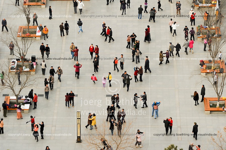 CHINA Province Shaanxi city Xian , people dance at early morning at square near Big Wild Goose Pagoda, Dayan Pagoda  / CHINA Provinz Shaanxi Stadt Xian , Menschen tanzen morgens auf dem Platz an der Wildgans Pagode