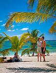 Dominikanische Republik, Isla Saona, Laguna Canto de la Playa - Gruppe Jugendlicher relaxed am Strand | Dominican Republic, Saona Island, Laguna Canto de la Playa - young people relaxing on the beach