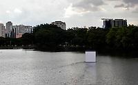 """SAO PAULO, SP, 25 DE JANEIRDE DE 2012 - OBRA GUTO LACAZ - A obra """"Objetos Flutuantes Não Identificados"""", do artista plástico Guto Lacaz, pôde ser vista no lago interno do Parque do Ibirapuera, zona sul de São Paulo, nesta quarta-feira (25). (FOTO: MILENE CARDOSO - NEWS FREE)."""