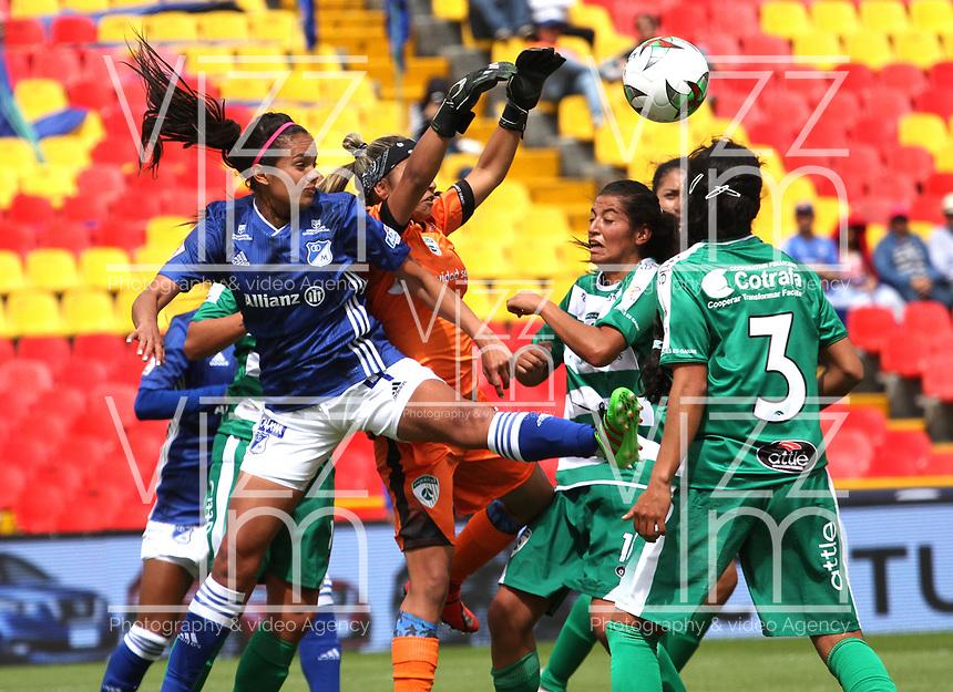 BOGOTÁ- COLOMBIA,14-07-2019:Maria Peraza (Izq.) jugadora de Millonarios femenino  disputa el balón con Allyson Ballesteros (Der.) jugadora de La Equidad femenino  durante el primer partido de la Liga Águila Femenina 2019 jugado en el estadio Nemesio Camacho El Campín de la ciudad de Bogotá. /Maria Peraza (L) player of Millonarios fights the ball  against of Allyson Ballesteros (R) player of Equidad during the firts match for the Liga Aguila women  2019 played at the Nemesio Camacho El Campin stadium in Bogota city. Photo: VizzorImage / Felipe Caicedo / Staff