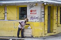 France/DOM/Martinique/ Saint-Pierre : Scène de rue , homme rentrant du marché