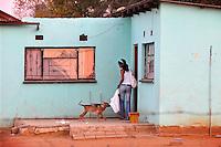 Una ragazza che vive nel villaggio di Sun City a 200 metri dal Royal Bafokeng Stadium di Rustenburg rientra a casa al tramonto.USA Ghana 1-2 - USA vs Ghana 1-2.Ottavi di finale - Round of 16 matches.Campionati del Mondo di Calcio Sudafrica 2010 - World Cup South Africa 2010.Royal Bafokeng Stadium, Rustenburg, 26 / 06 / 2010.© Giorgio Perottino / Insidefoto .