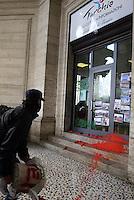 Roma, 16 Ottobre 2014<br /> Un gruppo di attivisti della coalizione popolare per Kobane e per l'umanità di Roma, sanziona l'ufficio della cultura e turismo dell'ambasciata turca in Piazza Esedra con scritte frattaglie sangue e fumogeni.<br /> Stiscione con bandiera kurda e bandiera con Ocalan