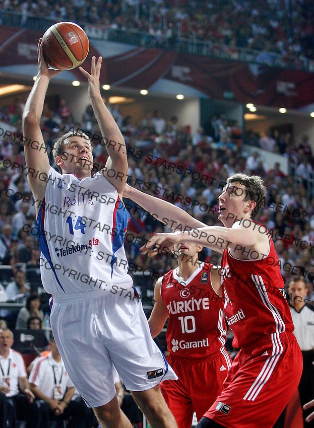 Novica VELICKOVIC (Serbia)  passes Omer ASIK (Turkey) during the semi-final World championship basketball match against Turkey in Istanbul, Serbia-Turkey, Turkey on Saturday, Sep. 11, 2010. (Novak Djurovic/Starsportphoto.com) .