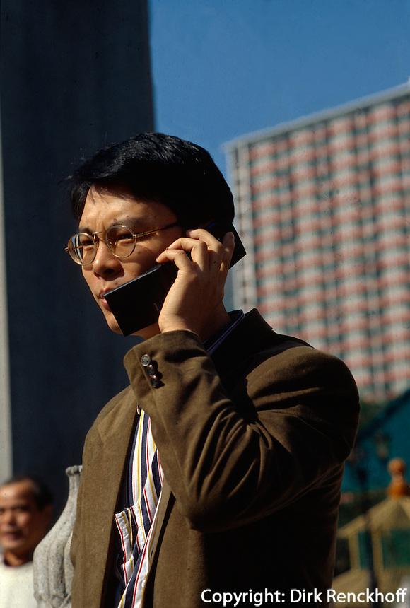 Geschäftsmann mit Handy in Hongkong-Wanchai, , China