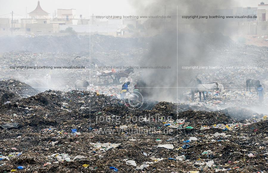 SENEGAL, Thies, burning dumping site / brennende Müllhalde am Stadtrand