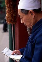 China, Peking, Gläubige  in der Niu Jie- Moschee
