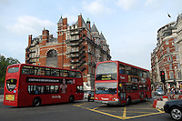 LONDON-UK- 24-05-2008. Bus de dos piso cerca a la estación del metro Knightsbridge, Londres.; Classic Double-decker bus near to Knightsbridge underground station, London. Photo: VizzorImage