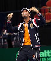 12-02-12, Netherlands,Tennis, Den Bosch, Daviscup Netherlands-Finland, Jean-Julien Rojer doet een dansje voor het publiek