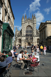 Great Britain, Bath and NE Somerset, Bath: Cafe scene in the Abbey Churchyard with Bath Abbey behind