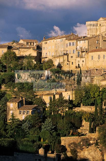 Europe/France/Provence-Alpes-Cote d'Azur/Vaucluse/Gordes: lumière du soir sur le village