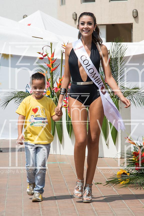 MANIZALES-COLOMBIA. 07-01-2016: Desfile en estido de baño de las candidatas al Reinado del Café con niños de la Fundación Pequeño Corazón como parte de la versión número 60 de La Feria de Manizales 2016 que se lleva a cabo entre el 2 y el 10 de enero de 2016 en la ciudad de Manizales, Colombia. / Swimsuit parade by candidates for Queen of Coffee with children Small Heart Foundation as part of the 60th version of Manizales Fair 2016 takes place between 2 and 10 January 2016 in the city of Manizales, Colombia. Photo: VizzorImage / Kevin Toro / Cont